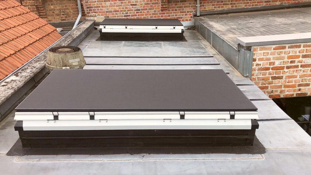 De Dakvensterinstallateur: Nieuwe installatie van twee iWindow2 koepels in een zinken dak